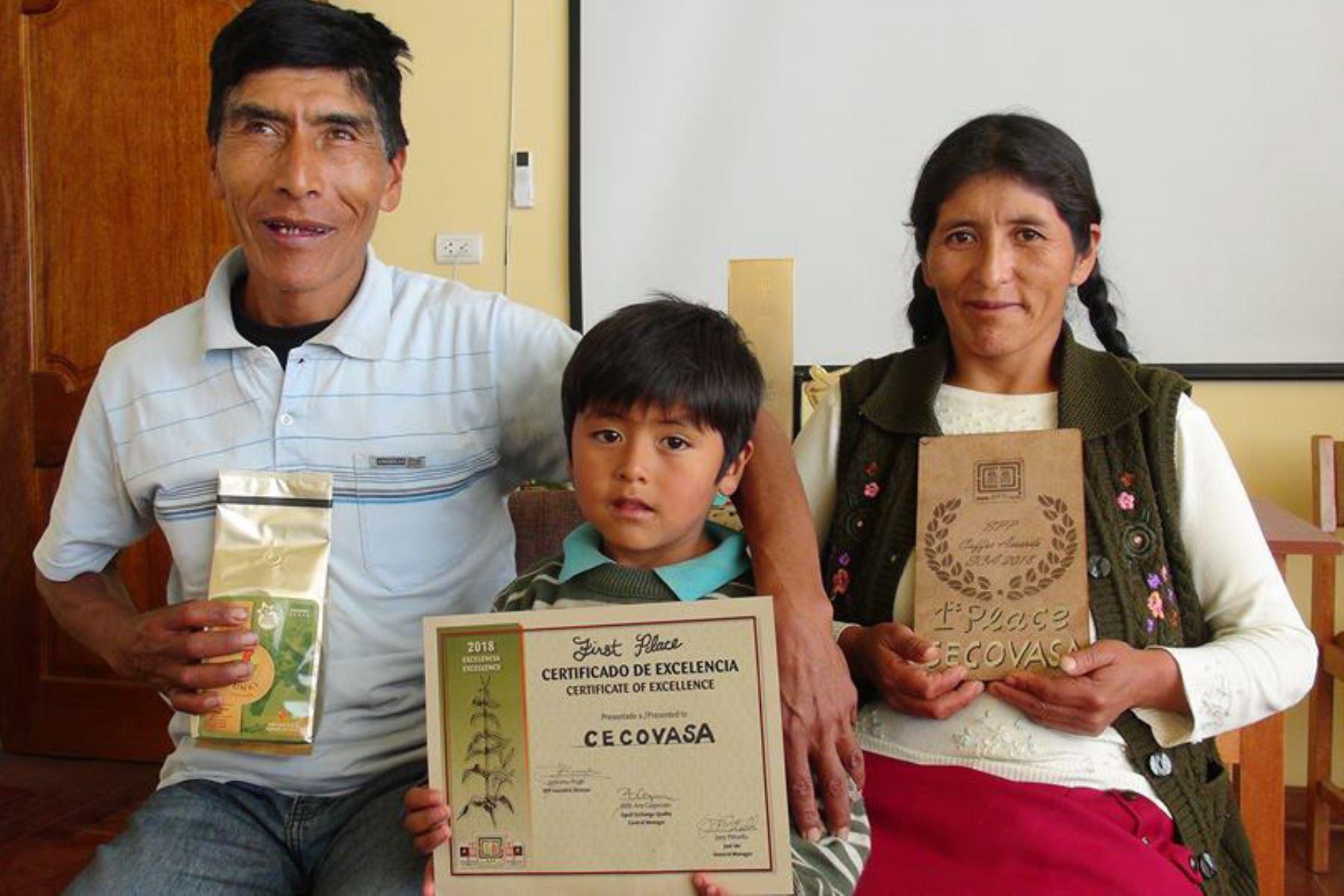 Vicentina al lado de familia con premio