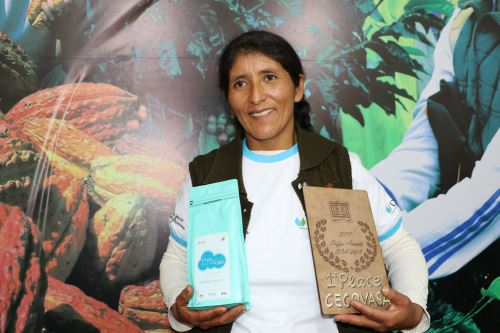 Vicentina Phocco, the coffee producer that triumphed at the Global Specialtu Coffee Expo EXPO Seattle 2018, in the USA, holding her product